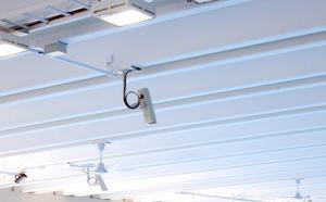 En av de tio kameror i taket som ska slå larm i händelse av drunkningstillbud.