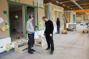 Anders Fälldin leder arbetet i den nya husfabriken. Han är nöjd med personalens insatser.