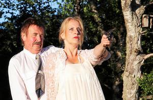Lasse Karlsson och Åsa Piponius i Björköbjörnen, som spelas vid hembygdsgården den 24 juni.