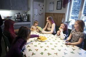 Med 12 barn i familjen går det åt en hel del mat. Familjen räknar med en matbudget på ungefär 10 000 kronor i månaden.