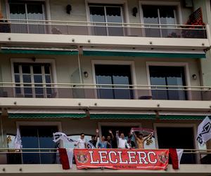 Supportrarna hejar på Charles Leclerc från balkongerna där Monacos nye F1-stjärna själv växte upp.