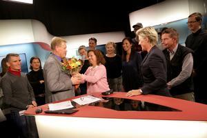 Lars-Gunnar får blommor och kram av radaktionschef Nina Funke.