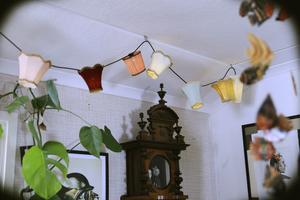 Lampgirlanden är hemmasnickrad.