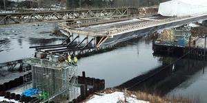 Den dubbelspåriga järnvägsbron i Njurunda skjuts ut. Foto. Magnus Forsgren/Skanska
