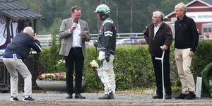 Stefan Johansson, kusk blir intervjuad efter segern i Kriteriestoet. Ägarna Nils–Olov Zetterblad och Tomas Byberg är väldigt nöjda efter att Guli Anna sprungit hem en rejäl vinstsumma.