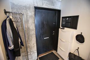 Bakom garderoberna var det redan betong.
