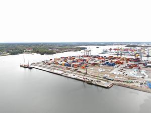 I det första skedet ska kajen bli 360 meter lång, men den kan komma att förlängas med 90 meter norrut, dvs till höger i bild. Foto: Gävle Hamn AB.