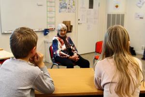 Eleverna ville veta hur det var att fly sitt hemland, om hon var rädd under kriget och hur hon kom till Sverige.