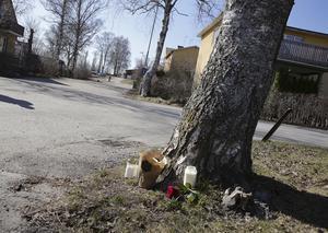 Några ljus och blommor markerar platsen där den 41-årige mannen påträffades död.