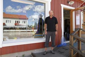 Thomas Bylund står utanför den nyöppnade outletbutiken i Delsbo.