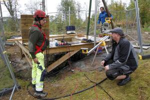 Robert Fors, i bakgrunden, är anställd som utvecklare i gruvan – spänningen är givetvis stor då ännu ett schakt ska tömmas. Här diskuterar Bosse Enocson och Fredrik Bäck tillvägagångssätt.