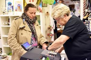 Carina Sundqvist, till vänster, berättar att hon besöker återbruket en gång i vecka. Annci Wahlgren hjälper till vid kassan.