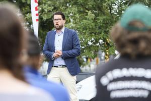 Jimmie Åkesson håller tal på torget på Möljen i Hudiksvall.