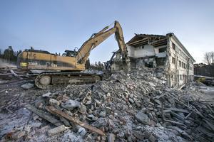 När huset försvunnit och grus- och betonghögarna transporterats bort, är det meningen att ett nytt bostadskvarter så småningom ska växa fram i Karlslund.