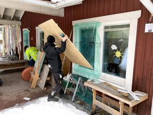 Glasmästarna jobbar just nu hårt med att laga fönster och med provisoriska lösningar så att verksamheten i lokalerna – som här vid Förskolan – ska kunna fortsätta trots skadegörelsen.