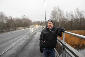 Håkan Nordin, ordförande i Rotskärs vägförening, på den nyrustade Rotskärsbron.