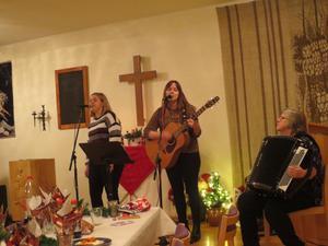 Systrarna Erika och Sofia, från Brunflo, bjöd på underhållande musik. Deras mamma, Majlis, spelade dragspel. Foto: Solveig Haugen