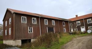Taket behöver lagas och många fönster är trasiga. Grunden till logen till vänster måste även byggas om för att byggnaden inte ska rasa.