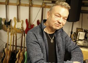 Ulf Mossbergs intresse för hantverk och elektronik gifte sig perfekt i hobbyn gitarrbygge.