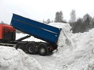Den kommande vinterns snölass kommer att dumpas på industriområdet i Nordanö. Under delar av förra vintern dumpades snön på Karlbo IP, men det är det slut med nu meddelar Forslund.