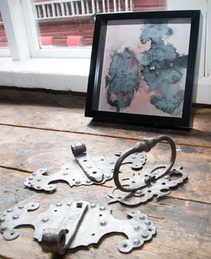 Beslag i verkligheten och på bild. Christina Arvidsson hittade beslagen i det gamla uthuset som blir utställningslokal i helgen.