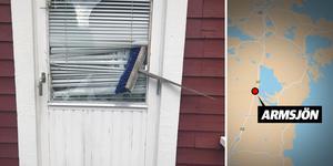 Mannen slog sönder ett fönster till en dörr. Det verkar som att han har försökt ta sig in i stugor där det fanns bilar på gården, i jakt efter bilnycklarna.