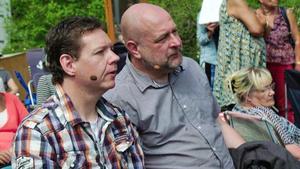 Patrick Lundin och Johnny Lundin håller koll på buden på gården Hoppet utanför Edsbyn i Hälsingland. Foto: SVT
