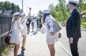 Redan klockan 07.00 träffades klassen för en lång och solig champagnefrukost på Alnö.