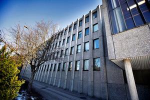 Häktet är inrymt i polishuset i Västerås .