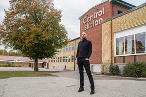 """""""I ett eller två ämnen hade det blivit mycket"""", kommenterar Centralskolans rektor Nicklas Olivensjö de inställda lektionerna. Nu har de spridits ut över olika klasser och ämnen, där idrotten drabbats hårdast."""