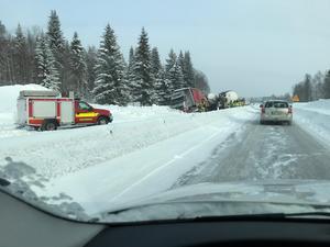 Lastbilen och tankbilen på E4 i höjd med Bye.