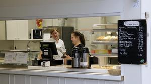 Irina Titova, till höger, har jobbat på Café Åsen via AMI i två år. Veronica Engvall är anställd i kommunens drift och service att sköta luncherna på dagcentralen.  De vill gärna fortsätta jobba ihop.