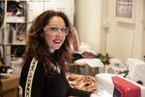 Paljettglasögonen är på. För att undvika paljettrelaterade skador, använder Margaretha skyddsglasögon när hon syr.