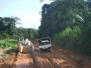 Visst kan vägarna var dåliga på sina håll även i vår region men jämfört med i Liberia är de alldeles utmärkta. Här stora problem för FN-fordon.
