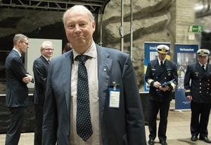 Nynäshamns kommunalråd Harry Bouveng (M) hoppas att flera av Musköbasens anställda vill flytta till Nynäshamn. Bilden togs i måndags, när marinstabens flytt till Muskö firades på basen.