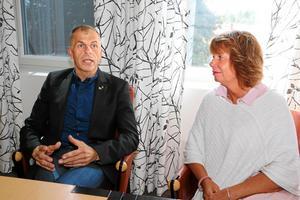 Ordförande Håkan Söderman och förvaltningschef Maria Bäcklin efter ett möte med Länstrafiken  i augusti 2017.
