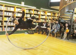 Cirkusartisten Hamed Saadi visade akrobatik med en så kallad Cyr wheel, på biblioteket i Kumla