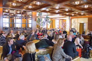 Ett 100-tal besökare samlades på tionde våningen på Dragon Gate.