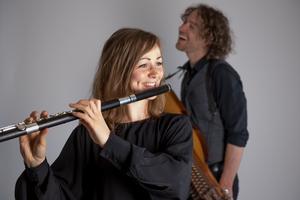 Kristine West  är en flerfaldig prisbelönt flöjtist med rötter i den hälsingska folkmusiken. Tillsammans med Erik Rydvall turnerar hon runt i kyrkor och spelar barockmusik. Foto: Elias Gammelgård