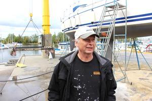 Thomas Forsman fick göra en paus i båtupptagandet när transportvagnen gick sönder och läckte ut hundra liter olja.