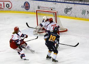 Markus Nygren skjuter 1–0 till Borlänge i kvalseriematchen mot Huddinge.