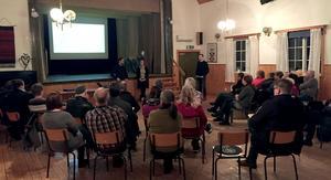 Ett 30-tal intresserade kom till torsdagens möte i Djura – föräldrar, andra bybor och några politiker.Foto: PRIVAT