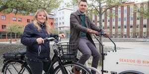 Maria Zetterberg och Albin Niklasson i Nynäshamn testar elcyklar under maj.
