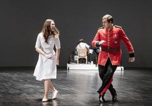 Therese Erch och Hani Arrabi gör rollerna som kärleksparet, Pamina och Tamino, vars kärlek är så stark att den bryter igenom konflikten mellan Nattens drottning och Sarastro. Bild: Ola Kjelbye