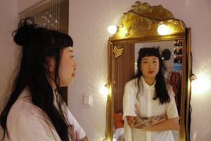Konstnär Emmelie Widén gör gärna porträtt, dock inte av sig själv. Den guldiga spegeln gillar hon.