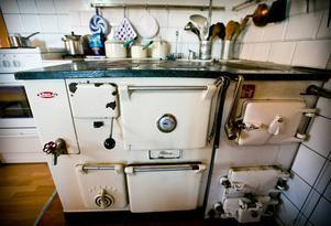 Vedspisen och kökspannan går att elda i.