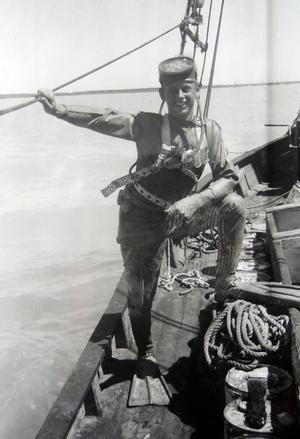 När grodmansdräkten infördes bland pärldykare förenklades arbetet betydligt så inte undra på att Kent Sjögren ser glad ut på bilden.