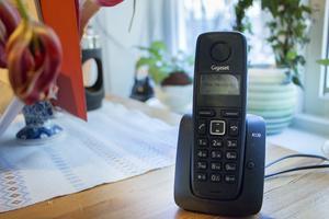 Den fasta telefonen har stått oanvänd sedan Torsten flyttade 1 oktober. När han försöker ringa ut är det bara tyst och den som ringer honom möts av meddelandet att telefonen är