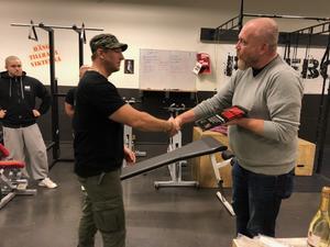 Läsarbild: Per Svensson, Gävleborgs Idrottsförbund, lämnar över PRODIS-plaketten till Faxe Atletklubb:s antidopingansvarige Marcus Arvidsson.