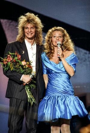 Det är 30 år sedan Tommy Nilsson  1989 vann Melodifestivalen, här med programledaren Yvonne Ryding. Foto: Jan Collsiöö / TT